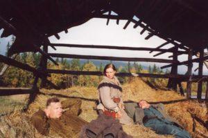 Kuva Käki elokuvasta, josa näkyy nainen ja kaksi miestiä hajonnessa ladossa