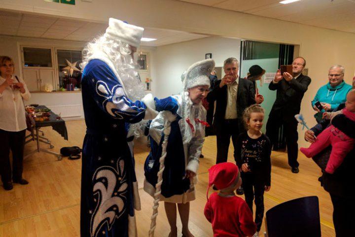 Suomi-Venäjä-Seuran Vantaan osaston juhlissa vieraili pakkasukko ja lumityttö. Kuvaaja Valentina Romkina.