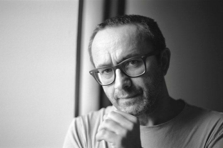 Elokuvaohjaaja Andrei Zjagintsev mietteliäänä. Kuvaaja Anna Matvejeva.