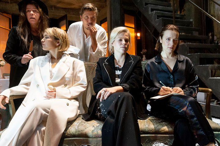 Kuva Kolme sisarta -näytelmästä, ohjaus Paavo Westerberg Kansallisteatteri 2018