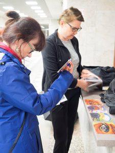 Irina Sidtikova, Venäjän taiteilijaliiton jäsen ja Apatiitin Suomen ystävienyhdistys Naapurien puheenjohtaja Anu Riestolan kanssa tutkimassa leiriläisten töitä. Kuva: Ari Vuorela