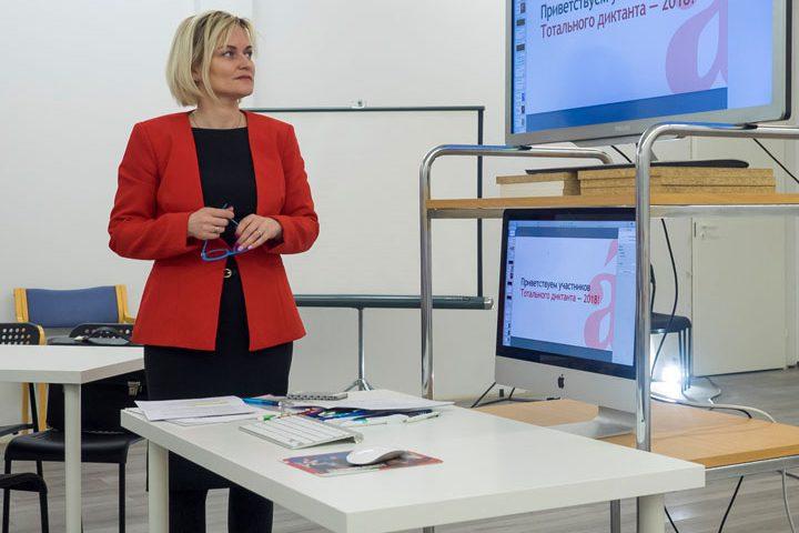 Jevgenia Lukovitskaja pitämämässä Kemissä Totalniy Diktant oikeinkirjoituskoetta. Vuosi 2018. Kuvaaja Ari Vuorela.
