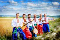 Ukrainalainen kasakkayhtye Varta kotiseutujen maisemissa. Yhtye esiintyy Suomi-Venäjä-Seuran tilaisuuksissa keväällä 2019