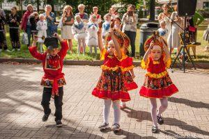 Lasten Aurinko tanssiryhmä esiintyy VereskFESTillä 2019.