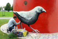 Venäläinen taiteilija Stas Bags viimeistelee teostaan.