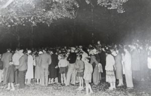SNS elokuvanäytös puistossa 1955. Arkistokuva
